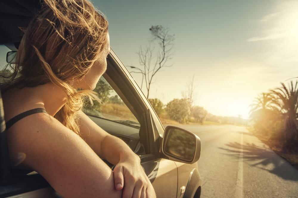 Frau schaut aus dem Auto raus